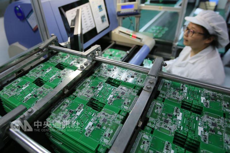 美國16日對中興通訊祭出長達7年的禁止出口特許令,已震撼中國大陸通訊業,因為美國企業掌握通訊核心技術與晶片等關鍵零件,美方此舉已經打中相關陸企的要害。圖為江蘇南通一家晶片製造廠,大陸生產的晶片仍難支應陸企的高端需求。(中新社提供)中央社 107年4月17日