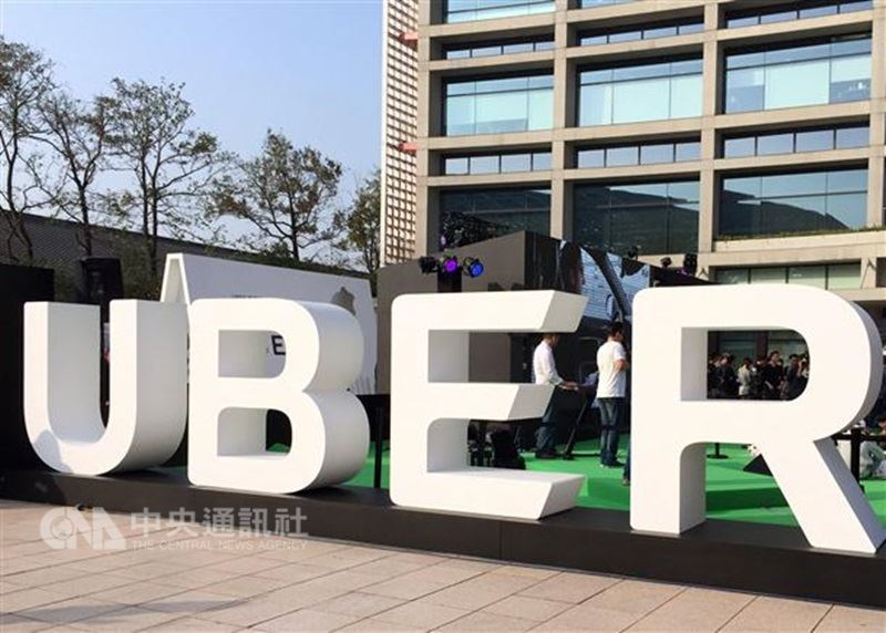 叫車服務Uber傳在台壓低部分時段車資,恐爆發駕駛出走潮;Uber17日否認壓低車資,強調Uber並非價格制定者,否認駕駛出走潮。(中央社檔案照片)