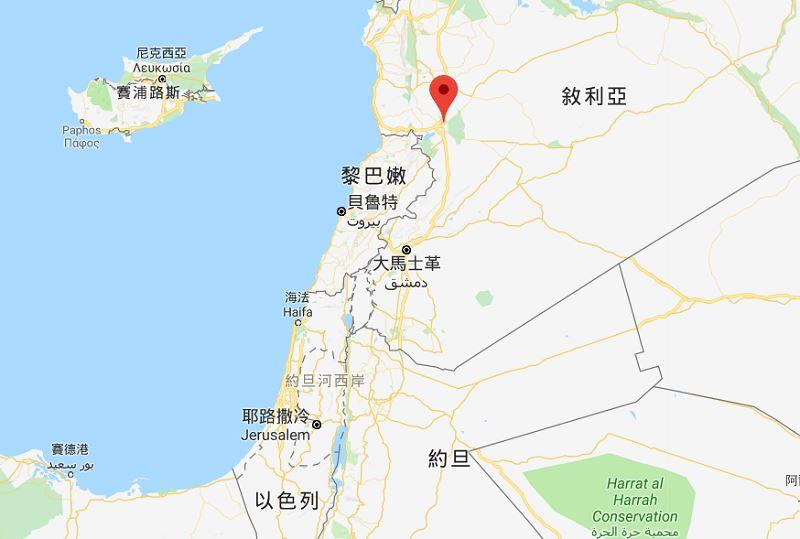 敘利亞國營電視台17日報導,敘利亞防空系統在荷姆斯(紅標處)上空擊落進入領空的飛彈。(圖取自Google地圖)