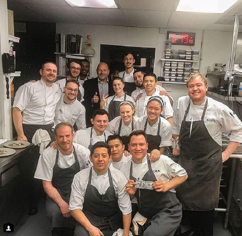 一位來自西雅圖的顧客16日造訪芝加哥Boka餐廳,當晚消費後留下約新台幣5萬8746元小費。圖為芝加哥Boka餐廳員工合影。(圖取自餐廳IG網頁instagram.com/bokachicago)
