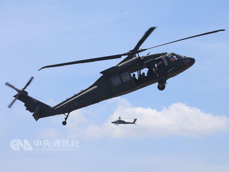 外交部報告17日指出,因應美中貿易戰,政府將適時對美採購軍備、飛機、天然氣及農產品。圖前為國防部曾向美採購的UH-60M黑鷹直升機。(中央社檔案照片)