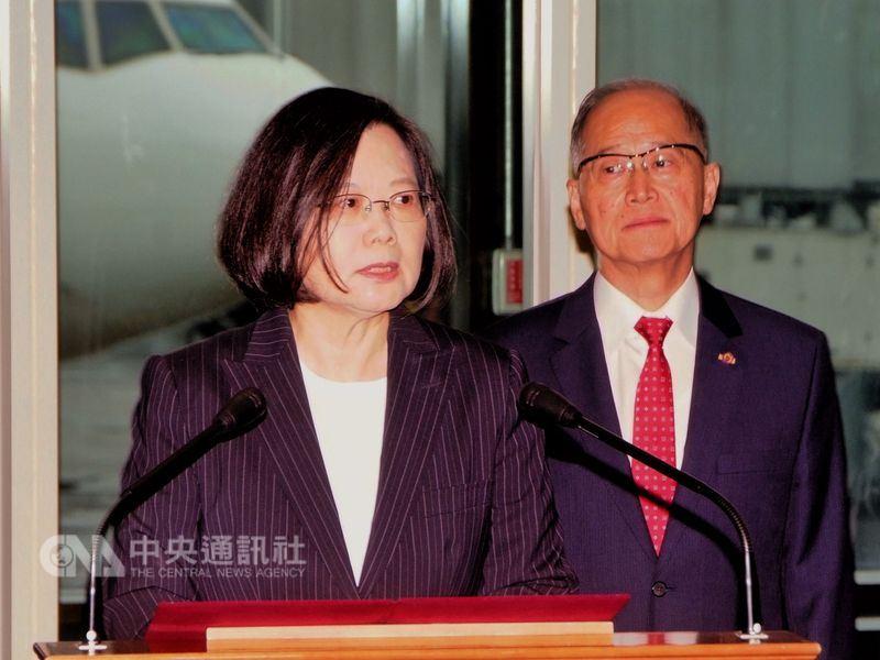 總統蔡英文(左)17日上午出訪友邦史瓦濟蘭,兩國元首將舉行雙邊會談並簽署聯合公報。總統表示,台灣是世界的台灣,只有走出去才有更大的空間。右為國安會秘書長李大維。中央社記者吳睿騏桃園機場攝 107年4月17日