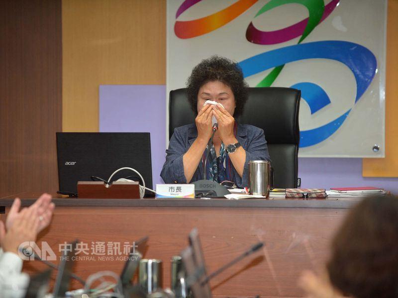 高雄市長陳菊(後)17日主持最後一次市政會議,她感謝團隊支持協助,對於將揮別高雄市,陳菊內心充滿不捨,數度哽咽落淚。中央社記者王淑芬攝107年4月17日
