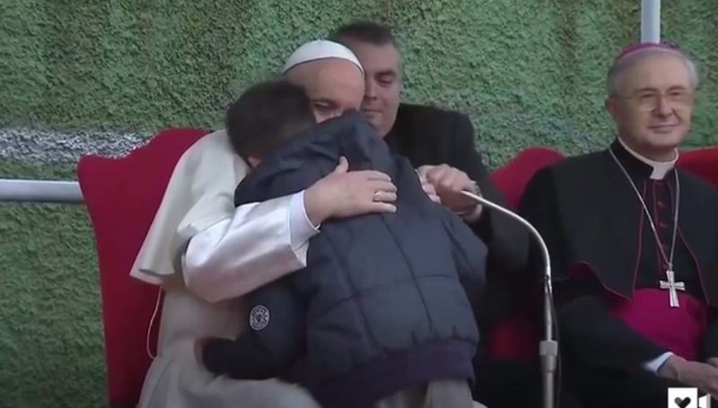教宗方濟各赴羅馬近郊聖保祿大殿訪問時,男童易曼紐詢問教宗,已故父親是無神論者能上天堂嗎?教宗輕擁他,最後給他安心的答案。(圖取自今日美國報網頁uw-media.usatoday.com)