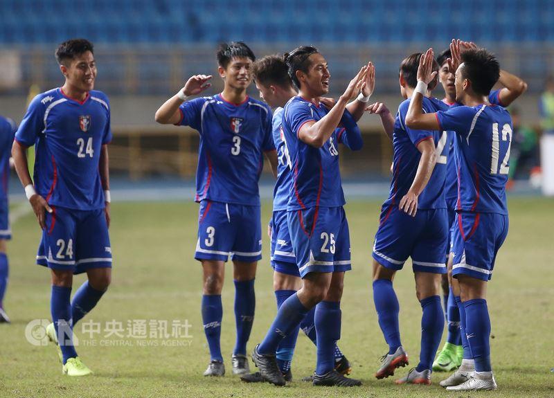 儘管台灣近年來足球排名有所提升,但實力和參與度仍和其他國家有一大段距離。圖為2017年12月中華足協國際邀請賽中華隊出戰菲律賓的賽事。(中央社檔案照片)
