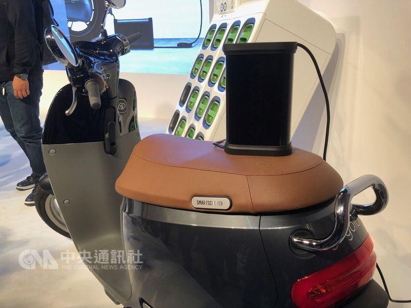 以「換電為主、充電為輔」的Gogoro在3年內已建置520座換電站,加上隨車電池充電器,即使車主在不方便到換電站時,仍可使用一般110V插座進行充電。(中央社檔案照片)