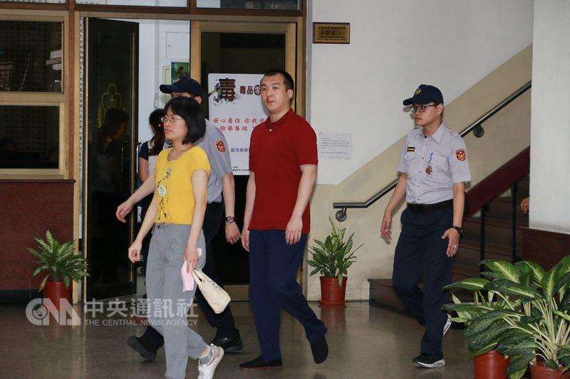 中國籍男子周泓旭(右2)涉嫌吸收外交人士未遂案,二審被判刑1年2月,因刑期與羈押期相當,高院合議庭8日當庭釋放。中央社記者蕭博文攝 107年5月8日