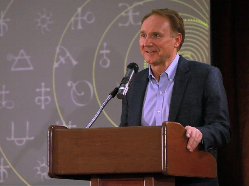 美國暢銷書作家丹布朗預告他本月即將訪台。5月26日在台北有場演講。(圖取自DanBrown臉書www.facebook.com)
