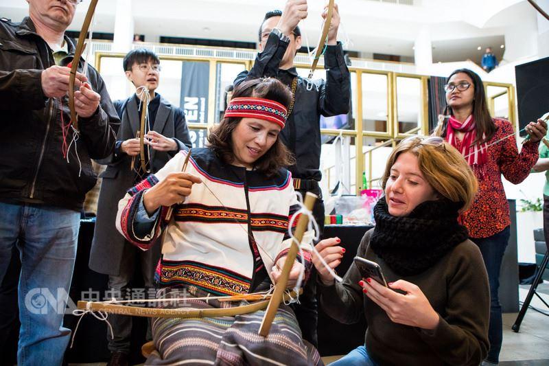 編織藝術家陳秀玉(中)當地時間11日在大英圖書館,示範泰雅族傳統弓織技藝,吸引許多民眾參與。(駐英處文化組提供)中央社記者戴雅真倫敦傳真 107年5月12日