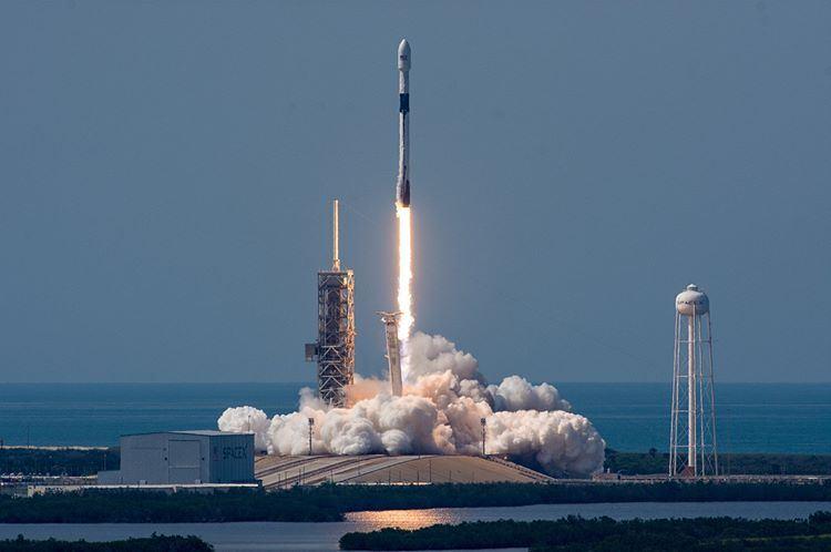 美國太空探索科技公司11日發射最新型、最強大的獵鷹9號Block5型火箭,搭載孟加拉第一枚高軌道通訊衛星。(圖取自SpaceXIG網頁instagram.com/spacex)