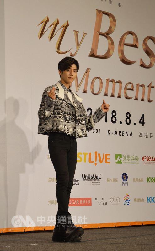 歌手Bii畢書盡15日在台北舉行記者會,現場深情演唱新歌「聊傷」,宣布將於8月4日首登高雄巨蛋開唱,他說,出道8年以來,很感謝歌迷的支持。中央社實習記者韋可琦攝 107年5月15日