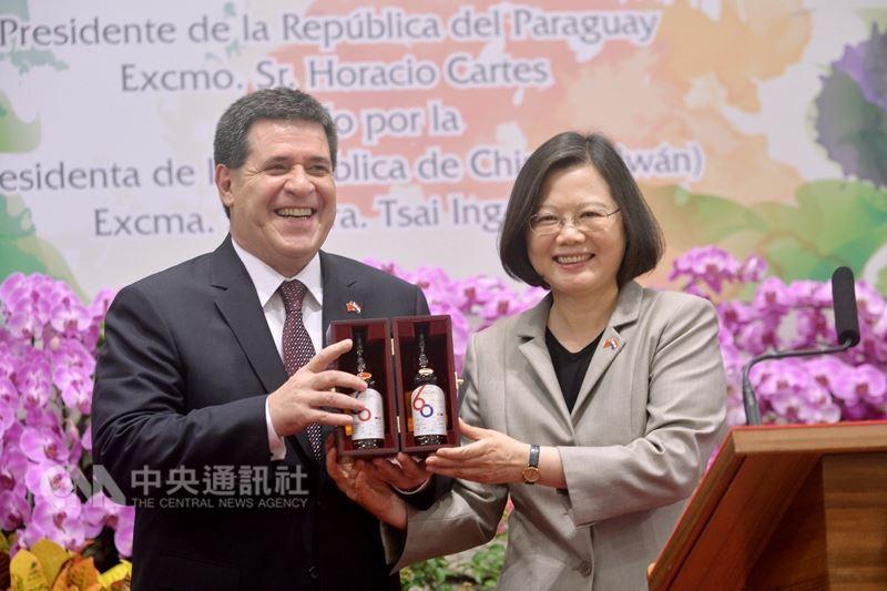 外交部16日表示,目前與巴拉圭邦誼穩固,各項雙邊合作推動順利。圖為總統蔡英文(右)2017年在總統府以國宴宴請巴拉圭共和國卡提斯總統(左)一行人,並致贈台巴建交60週年紀念酒以紀念兩國悠久的邦誼。(中央社檔案照片)