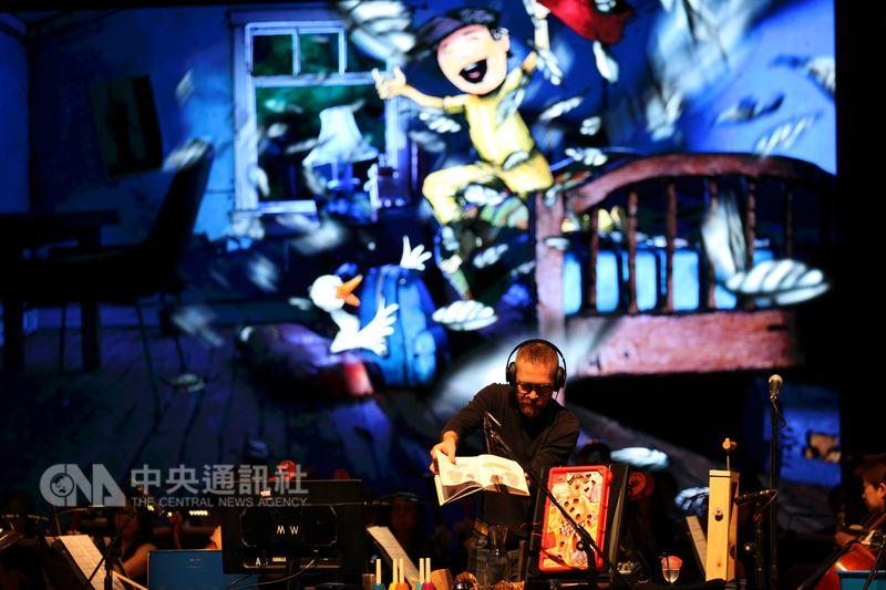 台北市立交響樂團連2年演出中文版「彼得與狼在好萊塢」,台上搭配錄像及美國擬音音效師米爾斯(JasonMills)現場操作音效。除了教育推廣場次,18日、19日分別在台北和新竹做售票演出。(北市交提供)中央社記者羅苑韶傳真107年5月16日