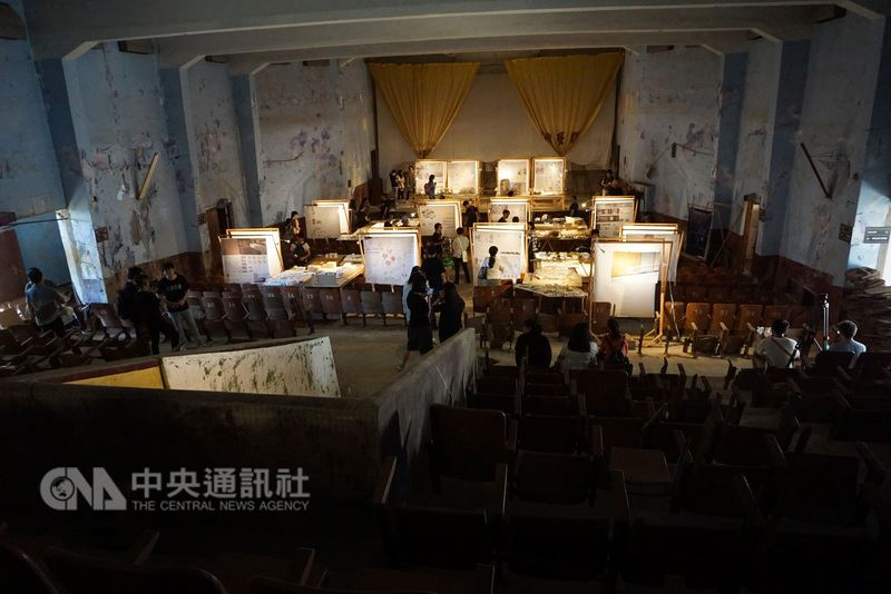 荒廢30多年的金門縣金沙戲院,16日因為金門大學建築學系畢業展,再次亮了起來。38名畢業生在這裡展出作品,展現學習成果。中央社記者黃慧敏攝 107年5月16日