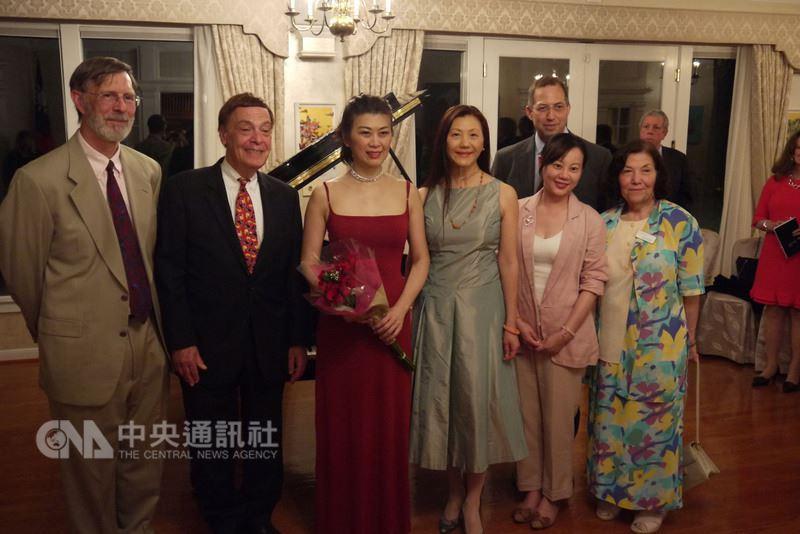 旅美鋼琴家陳毓襄(前排左3)15日晚間於雙橡園帶來精彩演出後,與駐美代表高碩泰的夫人宋小芬(前排右3)及貴賓合影。中央社記者鄭崇生華盛頓攝 107年5月16日