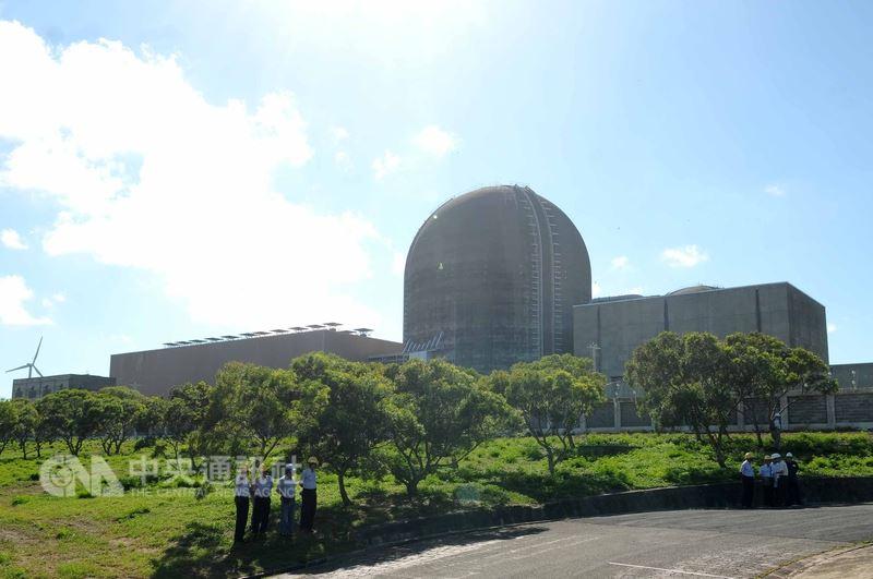 台電表示,核三廠1號機已在16日下午4時30分併聯供電,因應夏季用電高峰。圖為核三廠區。(中央社檔案照片)