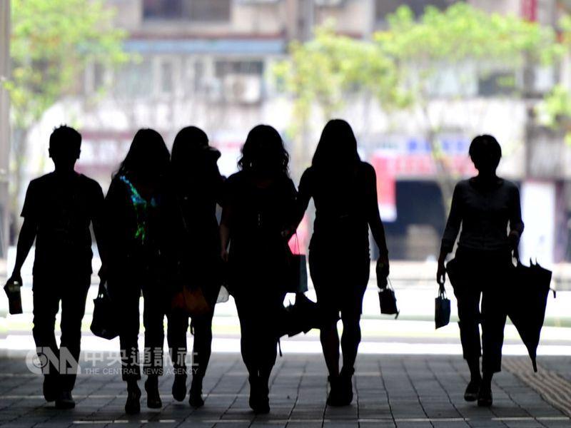 根據勞動部調查,15歲到29歲的台灣年輕人超過半數的月薪不到3萬元。(中央社檔案照片)