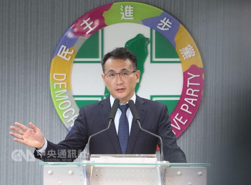 民進黨選對會16日召開會議,針對是否自提台北市長人選或繼續與現任市長柯文哲合作提出建議,發言人鄭運鵬(圖)說明會議結果。中央社記者鄭傑文攝107年5月16日