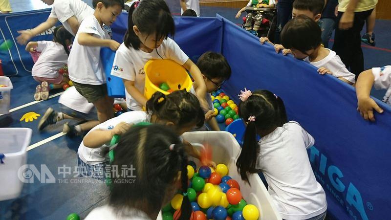 中華台北特奧會16日在嘉義特殊教育學校舉辦「特奧融合幼兒運動會」,由特殊生、普通生一起闖關,希望幼童透過運動學習,增進彼此間的理解,展現「生命影響生命」的意義。(嘉義特殊教育學校提供)中央社記者江俊亮傳真 107年5月16日