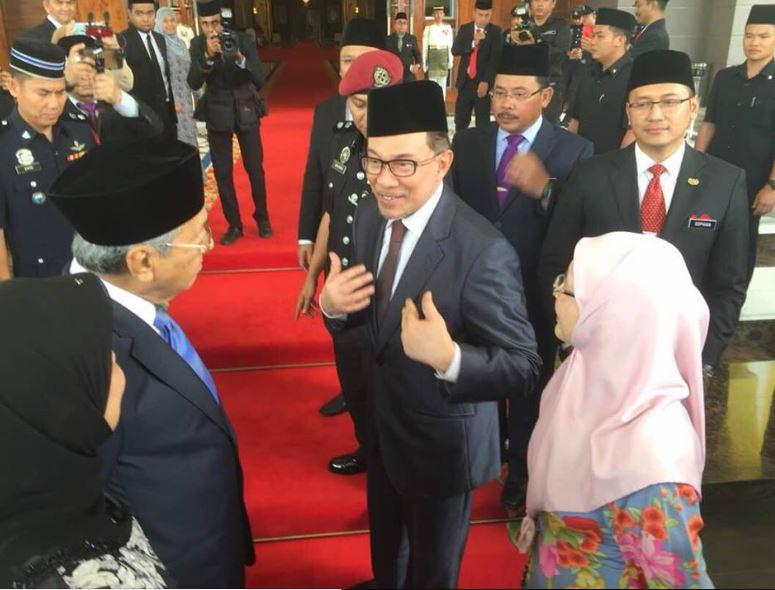 馬來西亞前在野聯盟「人民聯盟」、也是公正黨實權領袖安華(中)16日獲釋,離開康復中心前往國家皇宮。圖為安華在國家皇宮前的畫面。(取自安華女兒努魯依莎臉書 www.facebook.com/nurulizzahanwar)