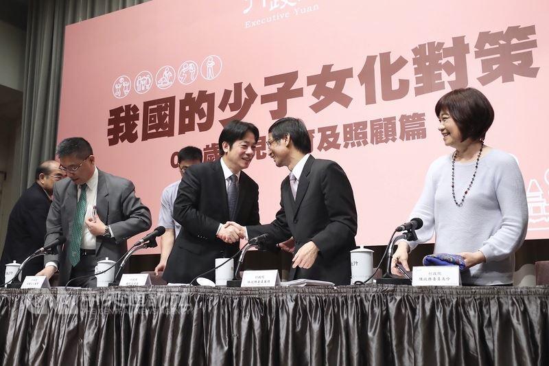 行政院長賴清德(前左2)16日在行政院主持「我國的少子女化對策-0-5歲幼兒教育及照顧篇」記者會,與政務委員林萬億(右2)握手致意。中央社記者吳翊寧攝 107年5月16日