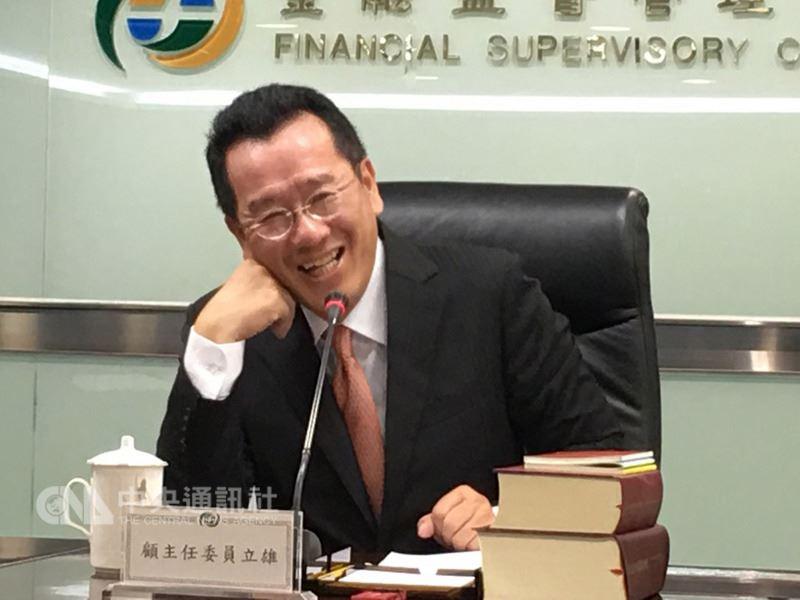 金融監督管理委員會主委顧立雄17日宣布,明年7月起,資產在新台幣1兆元以上的14家金控以及16家銀行提高專業董事比率。中央社記者蔡怡杼攝 107年5月17日