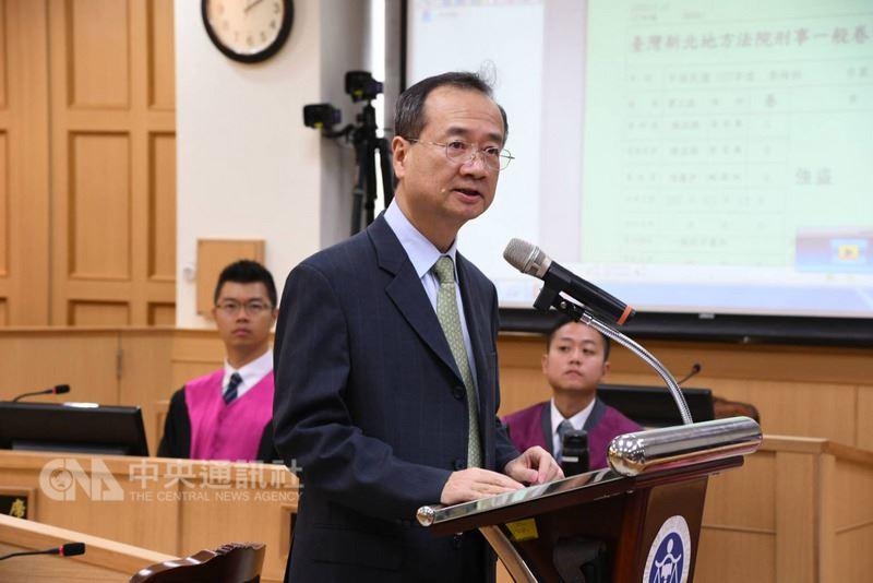 司法院長許宗力17日出席台灣新北地方法院模擬法庭活動,致詞時說,司法院最近公布的民調結果顯示,有八成多網路受訪民眾認為,透過國民參與刑事審判的推動,可以增加民眾對司法信任的程度。中央社記者林長順攝 107年5月17日