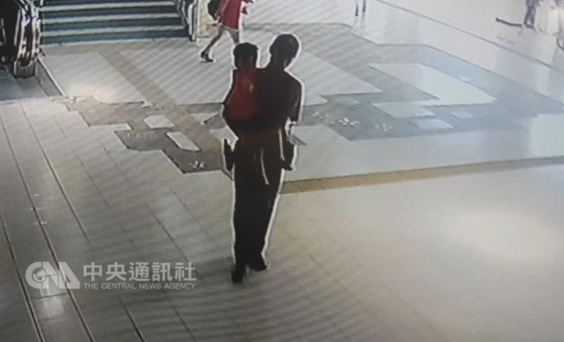 台灣鐵路管理局苗栗站17日指出,2歲徐姓男童跟隨媽媽準備搭乘火車返家,卻獨自上錯列車,列車接獲通報,安排鐵路警察在竹南站接下男童,與家人會合。(翻攝照片)中央社記者管瑞平傳真107年5月17日