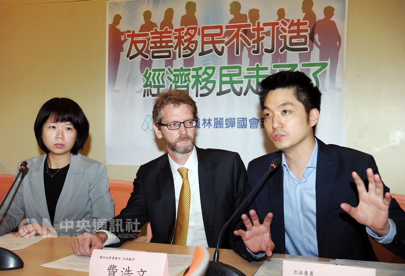 國民黨立委蔣萬安(右)、林麗蟬(左)等17日在立法院記者會,對「新經濟移民法」政策表示,除了經濟誘因不足、友善程度未能提升外,要能對症下藥才是正辦。中央社記者施宗暉攝107年5月17日