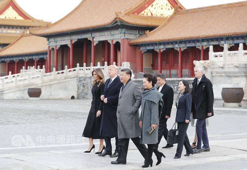 美國總統川普與中國國家主席習近平的決策風格,將會是台美中三角關係的最關鍵因素。圖為2017年11月8日,習近平夫婦陪同來北京國是訪問的川普夫婦遊北京故宮博物院。(中新社提供)中央社107年5月17日