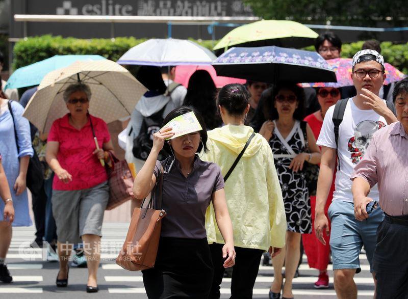 全台17日仍屬高溫炎熱的天氣,民眾紛紛撐起陽傘,或拿手中物品遮陽。中央社記者張皓安攝  107年5月17日