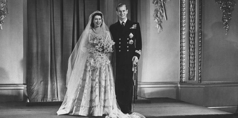 英國女王伊麗莎白二世(左)與菲立普親王在第二次世界大戰結束後不久舉行婚禮,多數英國人把這場王室婚禮視為國家復興的時刻。(圖取自英國王室官網網頁www.royal.uk)