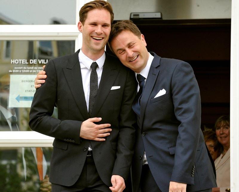 盧森堡同志總理貝特爾(右)近日結婚3週年,在社群媒體上貼出自己依偎在丈夫肩上相片,有感而發表示無法在逾70多個國家慶祝,「因為會被關進監牢」。(圖取自貝特爾推特twitter.com/xavier_bettel)