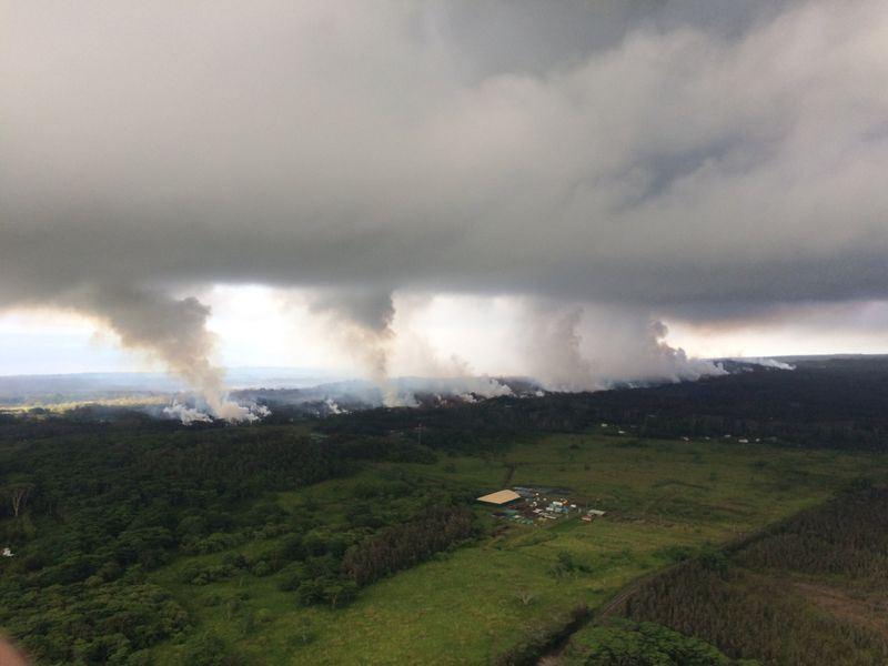 夏威夷幾勞亞火山17日出現爆炸式噴發,火山灰雲高達約3萬呎,直沖天際。(圖取自USGS Volcanoes臉書www.facebook.com/USGSVolcanoes/)