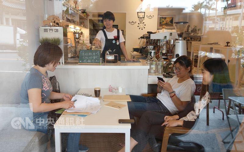 我在彰化喝咖啡,三五好友聚在一起分享彼此的故事和彰化的故事,也希望讓你的故事也成為彰化的一份子。中央社記者謝佳璋攝 107年5月19日