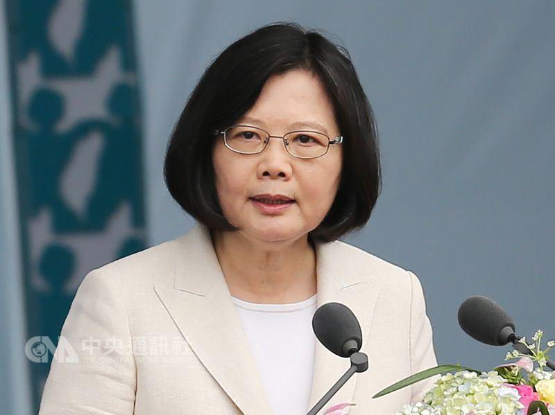 兩年前的520,台灣誕生首位女總統,帶著689萬選民的付託,蔡英文入主總統府。圖為2016年5月20日蔡總統發表就職演說。(中央社檔案照片)
