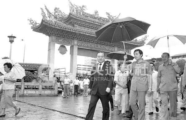 時任台北市長的許水德(前中)與地方耆老共同爭取成立華西街觀光夜市,入口處設立唐宋木構造牌坊,用中華文化與台北的觀光元素為特色。(中央社檔案照片)