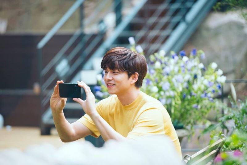 二度代言台灣手機的孔劉,在拍攝ZenFone4廣告時,大熱天穿西裝、皮鞋來回奔跑,這次ZenFone5只能穿短袖在5度C下吹冷風。去年還自嘲是「自拍苦手」,他今年代言新機,看到什麼都想拍一下。(圖取自ASUS臉書www.facebook.com)