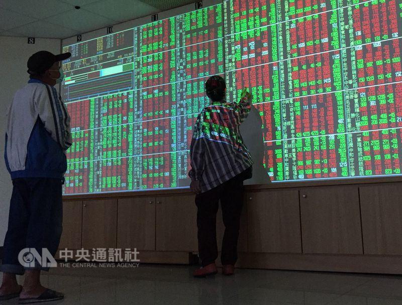 台股自去年5月23日站上萬點以來,正式滿週年,投資人也開始習慣「萬點是常態」。(中央社檔案照片)