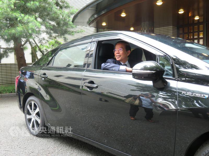 駐日代表謝長廷表示,代表處購買豐田汽車製造的氫能車MIRAI(未來)當公務車,可獲日本官方補助,價格與一般車輛相差無幾。中央社記者楊明珠東京攝 107年5月24日