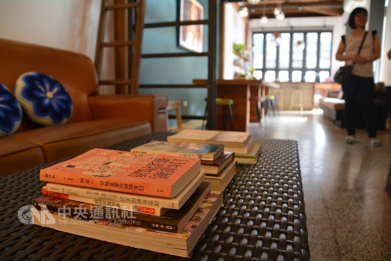 位於新北市瑞芳火車站旁的新村芳書院附有「息書院」與「好事學田旅宿」,致力推動學習型旅行與閱讀,牆上、角落、沙發、桌上隨處可見書本。中央社記者黃旭昇新北市攝 107年5月26日
