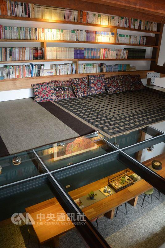 走入新北瑞芳「新村芳書院」,映入眼簾的是成片書牆,高挑的斜屋頂下,還有以透明玻璃架起的閱讀空間,這是負責人施岑宜的構想,由她的先生、景觀設計師陳澤民幫她實現。中央社記者黃旭昇新北市攝 107年5月26日