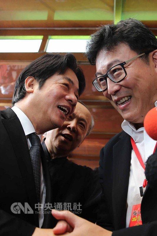 行政院長賴清德(左)28日赴台北市覺修宮參拜,看見台北市長參選人姚文智(右)時,兩人互動熱烈;賴清德也在致詞時,祝福姚文智心想事成。中央社記者游凱翔攝107年5月28日