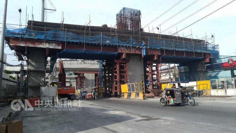 在杜特蒂政府的「建設、建設、再建設」計畫之下,許多基礎建設加速進行。圖為大馬尼拉地區一座高架公路的施工現場。中央社記者林行健馬尼拉攝 107年6月3日