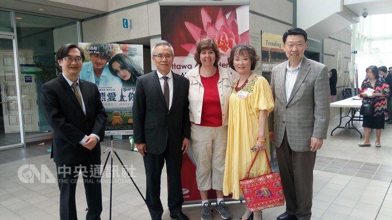 駐加代表處舉辦台灣電影欣賞會,副代表林明誠(左2)等人合影。(駐加代表處提供)中央社記者胡玉立多倫多傳真107年6月5日