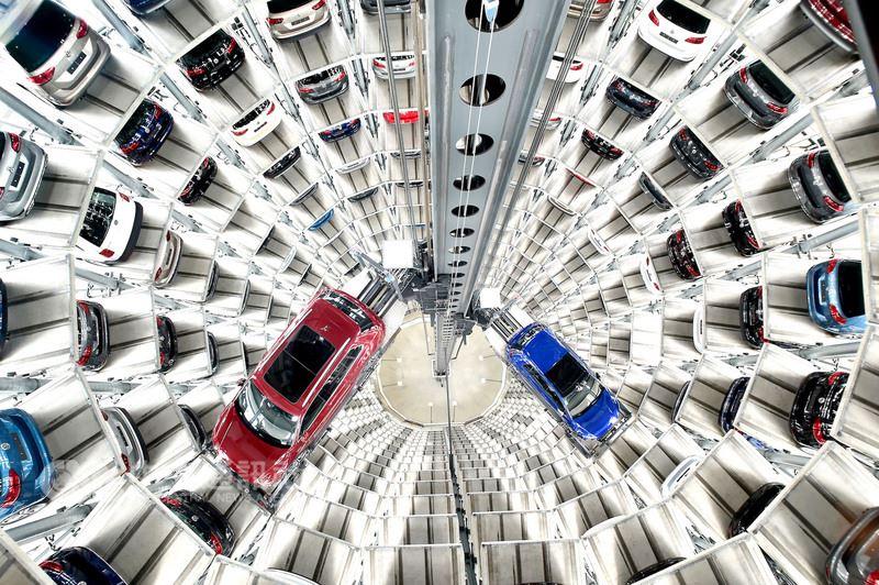 福斯汽車城最有看頭的景點是兩座20層樓高的汽車塔,共可停放800輛車,以全自動方式將新車運到隔壁的交車中心。(福斯汽車城提供)中央社記者林育立柏林傳真 107年6月6日