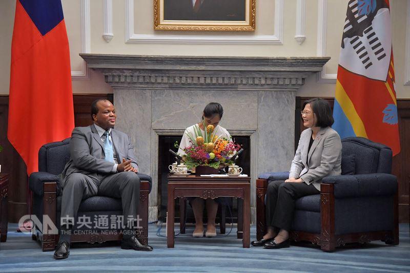 總統蔡英文(右)8日在總統府會晤史瓦帝尼王國的國王恩史瓦帝三世(左),就雙方關切議題交換意見。(中央社檔案照片)