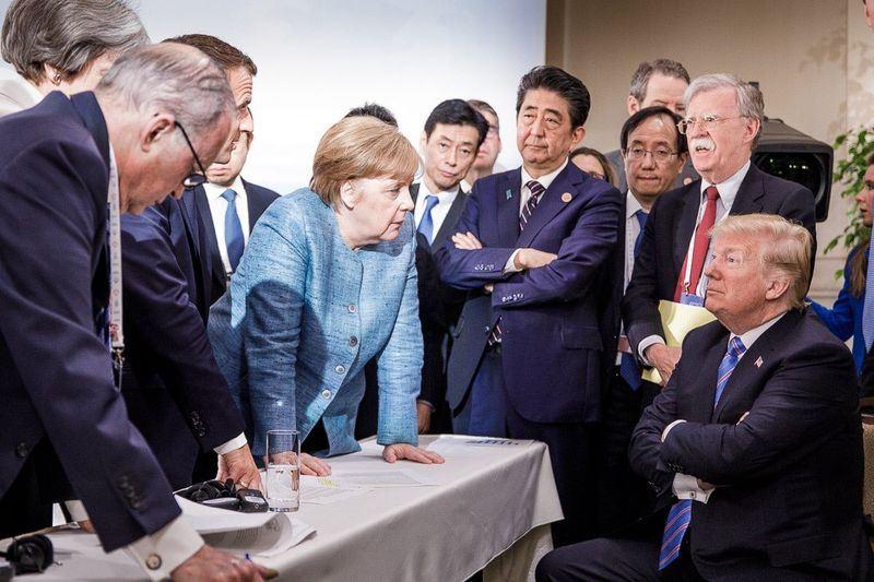 七大工業國集團(G7)高峰會9日閉幕,峰會期間一個場景不同角度拍攝的照片,在網路上激發想像力,其中德國版爆紅。(圖取自德國政府發言人塞柏特推特twitter.com/RegSprecher)