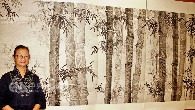 畫家陳清貴連屏鉅作「百福巨竹圖」,總長70公尺、寬135公分,竹林百態栩栩如生,是她閉關13個月的代表作。(資料照片)中央社記者程啟峰高雄攝107年6月12日