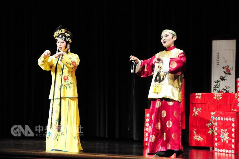 靜宜大學中文系與文化部南管戲曲傳習結業藝生合作「南管戲曲校園推廣計畫」,參與學員需修習50小時專業課程,演出前一個月,進行戲曲身手步法及唱腔的密集練習,希望透過展演,讓更多人瞭解傳統戲曲文化。(靜宜大學提供)中央社記者蘇木春傳真 107年6月12日